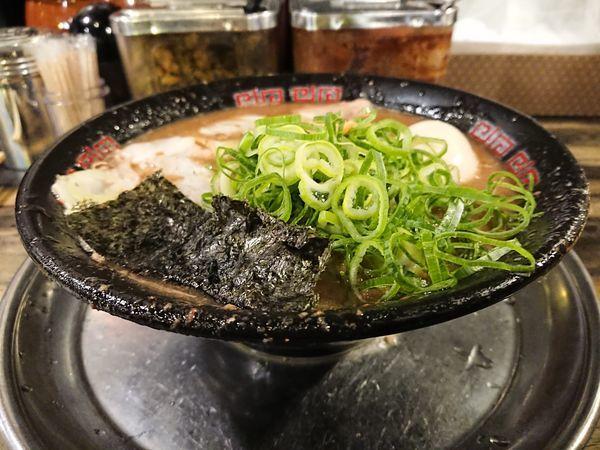 「とんこつラーメン(ネギ多め)+半熟味玉+替玉」@無鉄砲 東京中野店の写真