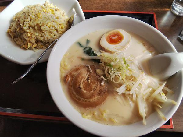 「【限定】豚骨ラーメン+半炒飯 ※コーヒー1杯無料」@中国料理 竹園の写真