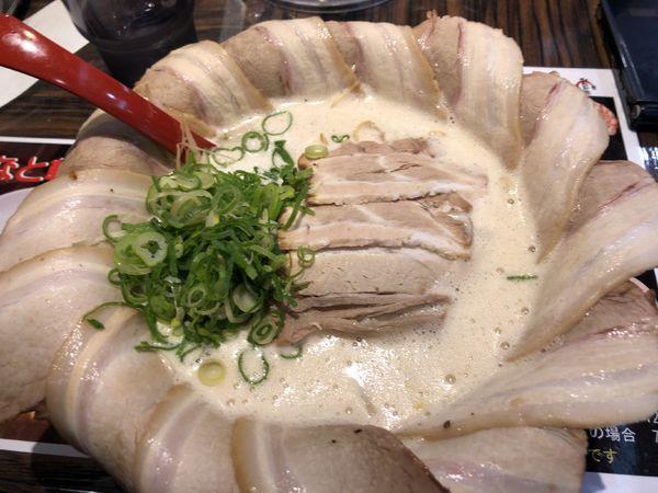 「とんこつキング花びらチャーシュー 990円」@みなと軒 さんちか麺ロード店の写真