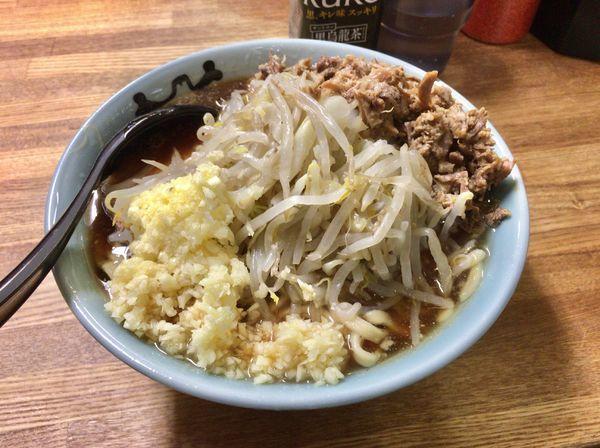 「小ラーメン麺少なめ+ほぐし豚+ニンニクマシマシ」@ラーメン二郎 新小金井街道店の写真