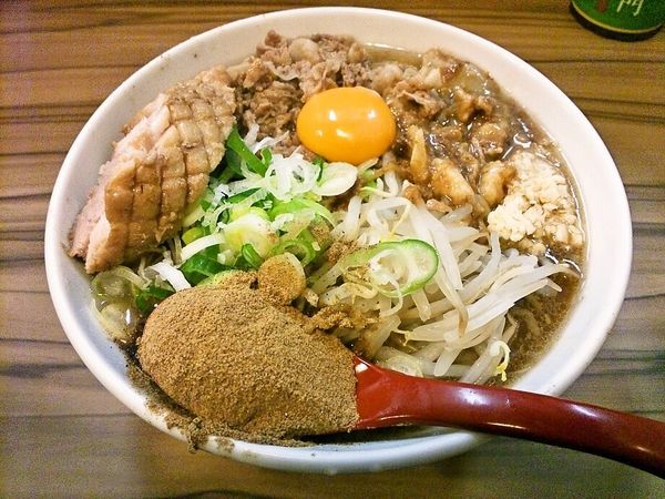 「肉ぶっかけラーメン(限定)+豚1枚+魚粉」@火の豚 南越谷駅前店の写真
