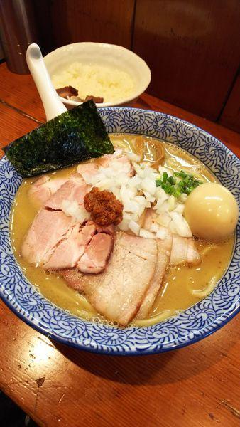 「濃厚豚骨魚介ちゃーしゅーめん(中盛り)+大人の味玉+ライス」@麺処 ほん田の写真