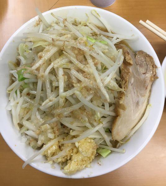 「らー麺 生玉子  ヤサイチョイマシ➕ニンニク多め➕アブラ➕タマネ」@ラーメン ○菅の写真