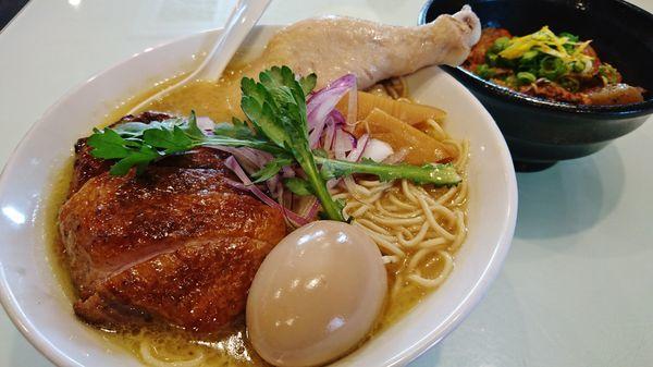 「肉の日限定/らーめん とりざんまい+鶏モツ煮込み丼」@五ノ神精肉店の写真
