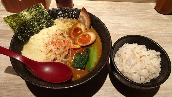 「チーズカレーラーメン(880円)+味玉+麦ごはん小」@カレーラーメン 彩 SAIの写真
