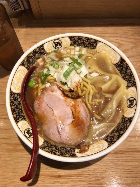「すごい煮干ラーメン、ラーメン・中850円」@すごい煮干ラーメン凪 池袋西口店の写真