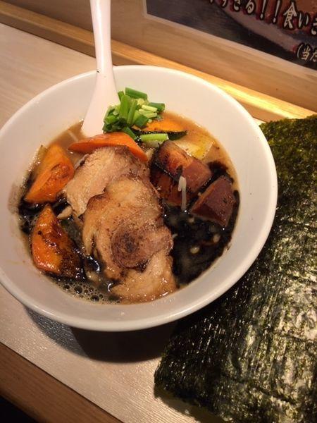 「限定・モグラブラックラーメン 900円(角煮クーポン利用)」@八王子 麺屋土竜の写真