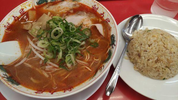 「辛味噌ラーメン+半炒飯」@ラーメン魁力屋 一之江店の写真