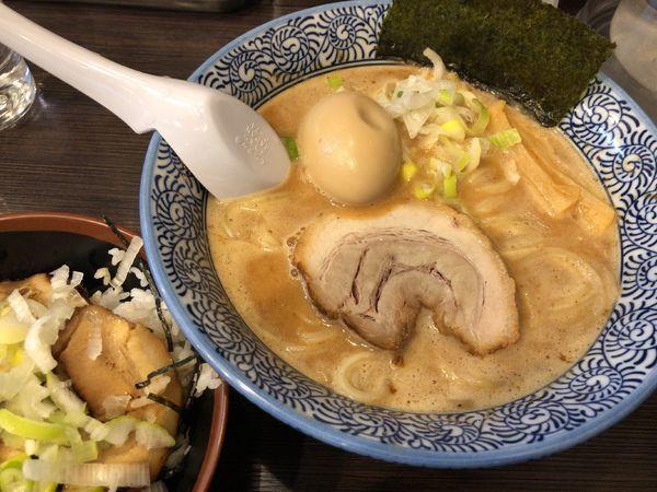 「燻製味玉濃厚魚介らーめん + チャーシュー丼」@豚骨一燈 立川の写真