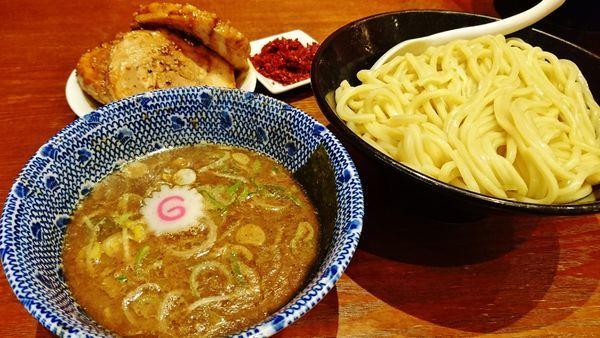 「つけめん+大盛り+炙り焼きチャーシュー+辛味」@頑者 illmaticの写真