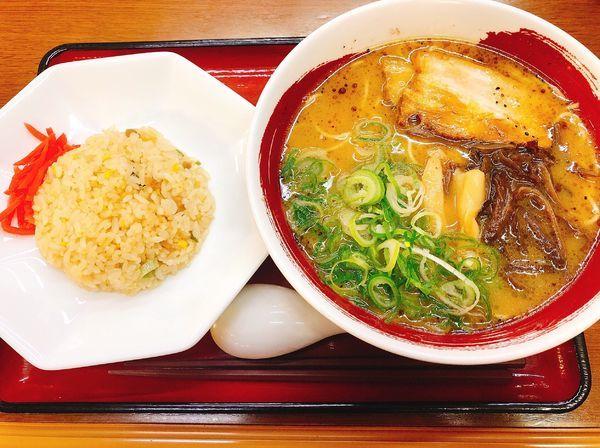 「豚骨醤油ラーメン 半炒飯」@近江らーめん 六角の写真