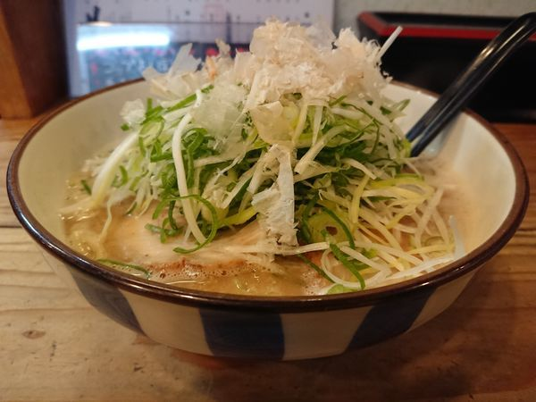 「豚×魚ラーメン(ネギ大盛り)+刻み玉ねぎ」@麺や拓 堀江本店の写真