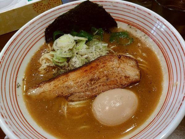 「濃い鶏醤油ラーメン750円+煮玉子100円」@山麺の写真
