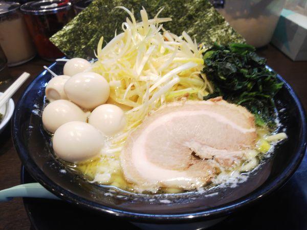 「ネギ塩ラーメン&ゴールドカードでうずら」@町田商店 入間店の写真