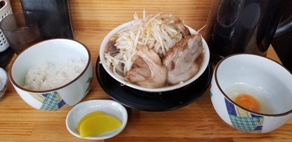 「極太麺しょうゆ、味玉、生卵、半ライス」@麺屋 とん嬉の写真