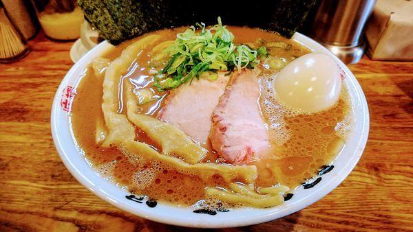 「らぁめん(大)+得トッピング」@麺屋 庄太 六浦本店の写真