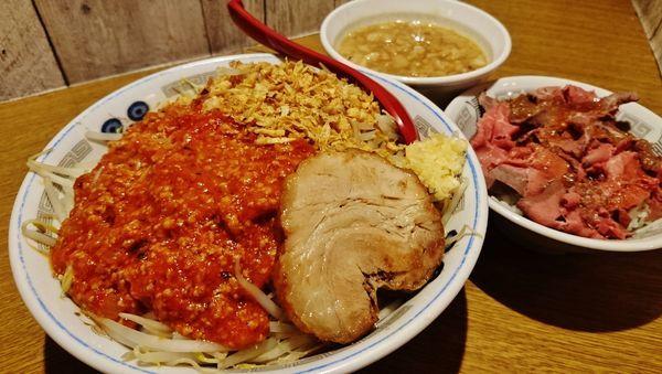 「限定/あらびあ~た+大盛り+肉カスアブラ+ローストビーフ丼」@火の豚 立川ラーメンスクエア店の写真