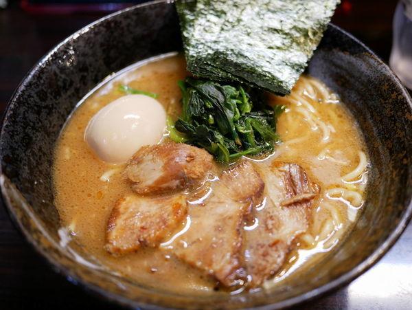 「豚骨醤油ラーメン サービス味玉」@麺屋 優創の写真