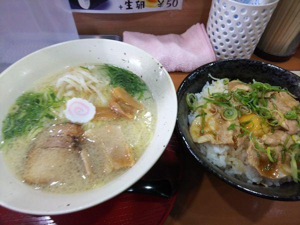 「白湯塩ラーメン+豚バラわりこみ丼 860円」@らーめんやさんの写真