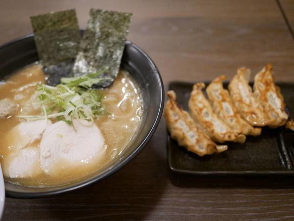 「濃厚鶏そば 黒+サービス肉汁鶏餃子」@麺屋ばらいちの写真