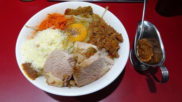「小汁なし麺(900円)+粉チーズ(100円)+カレーペースト」@立川マシマシ 国分寺店の写真