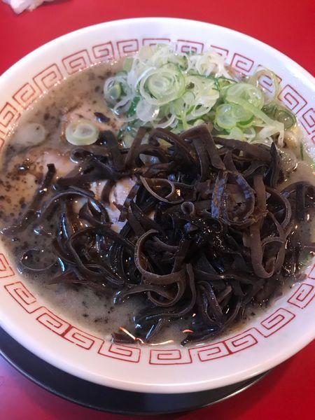 「熊本ラーメン+キクラゲ+ネギ(麺固め)」@ラーメン 赤組の写真