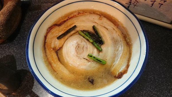 「限定落し蓋ラーメン 950円」@烈志笑魚油 麺香房 三くの写真