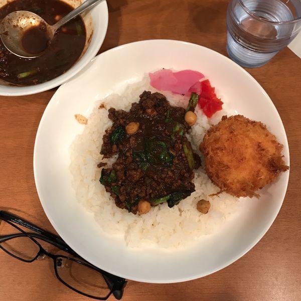 「小松菜とひよこ豆のひき肉カリー(カニクリームコロッケ付)」@ジンコックの写真