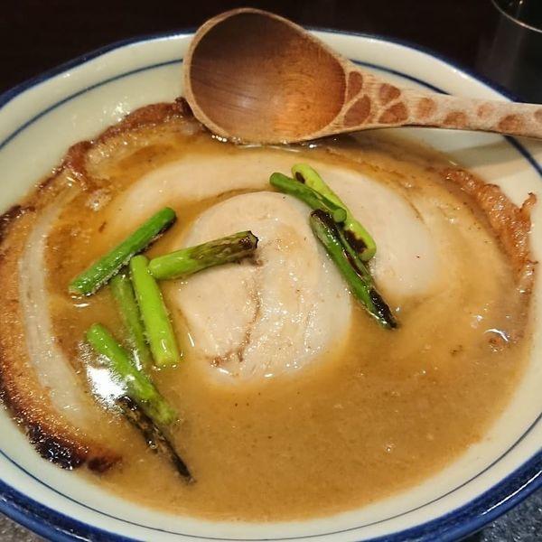 「落し蓋ラーメン 950円」@烈志笑魚油 麺香房 三くの写真