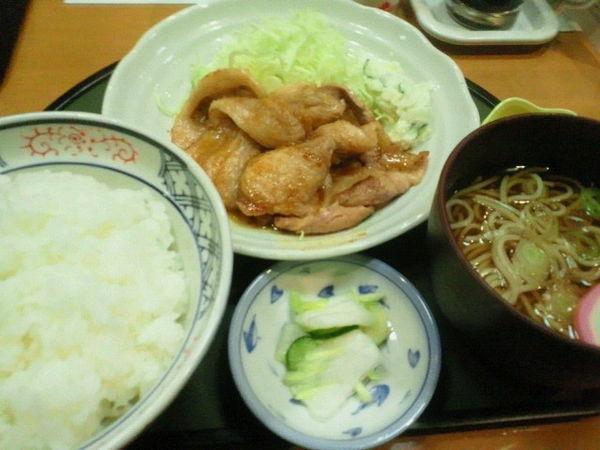「エゴマ豚ロース生姜焼き定食(ミニそば)750円」@魚よし 本町店の写真