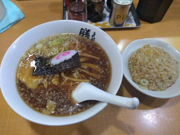 「醤油ラーメン 半チャーハンセット 850円」@支那そば 勝丸 目黒本店の写真