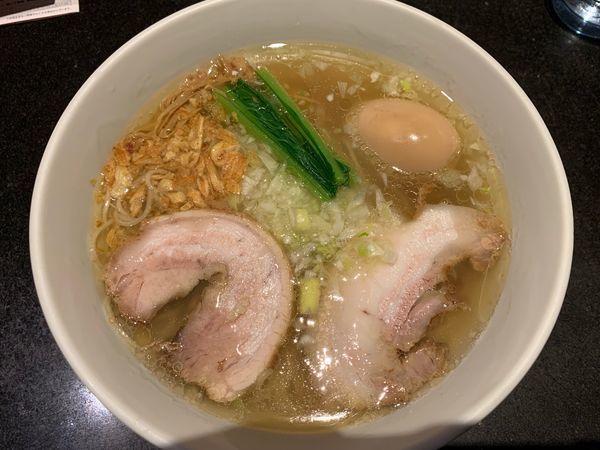 「塩らぁ麺1050円、名古屋コーチン味付たまご200円」@支那そばや 新横浜ラーメン博物館店の写真