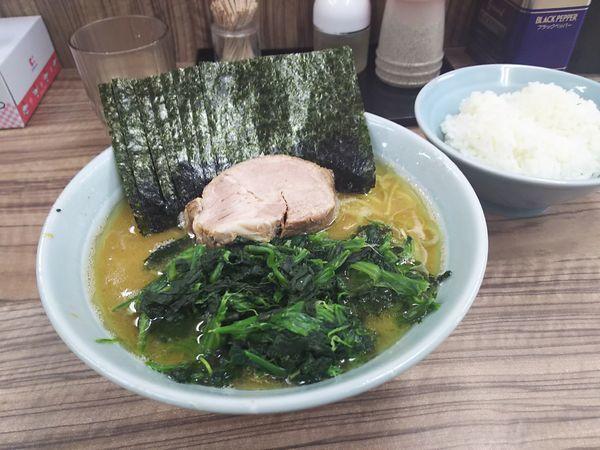 「ラーメン+のり+ほうれん草」@横浜家系ラーメン武蔵家 松戸店の写真
