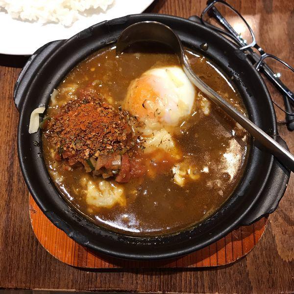 「うま辛スパイス牛すじカレー+半熟卵+焼きチーズ」@Hot Spoon 丸の内店の写真