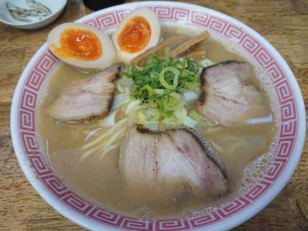 「【限定】津軽煮干らぁ麺(中盛)800円+味玉(スダンプ)」@中華蕎麦 丸め 東久留米店の写真