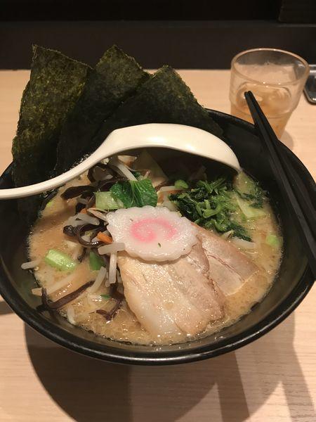 「黒 野菜盛り」@TOKYO 豚骨 BASE MADE by 博多一風堂 ecute品川サウス店の写真