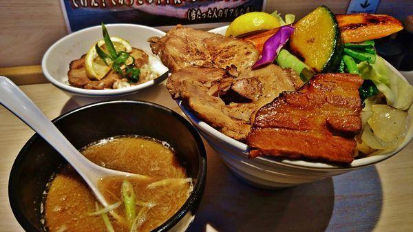 「肉つけめん+特盛り+野菜+レモンチャーシュー丼」@八王子 麺屋土竜の写真