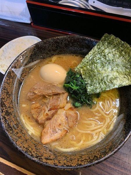 「豚骨醤油ラーメン 700円 半ライス50円」@麺屋 優創の写真