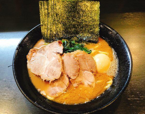 「全のせラーメン」@横浜家系豚骨醤油極太麺 侍 伏見店の写真