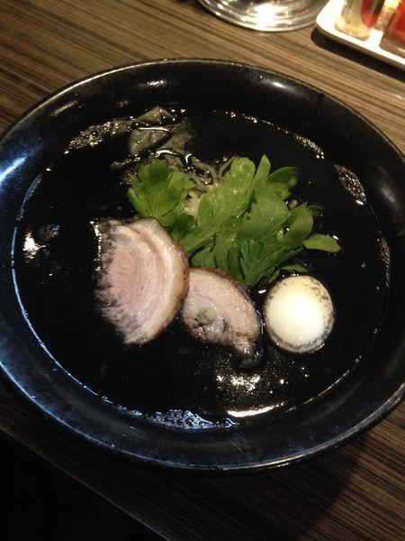 「【今月限定】黒丸塩らー麺  味玉」@厚木本丸亭の写真