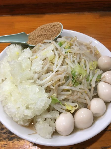 「ラーメン(300g)、タマネギダブル、うずら、魚粉」@らーめん じろきんの写真