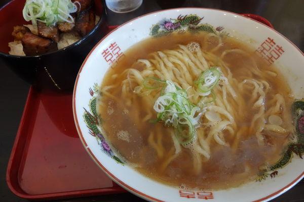 「らーめん(ねぎのせ)全粒粉麺500円 焼豚丼300円」@松屋製麺所の写真