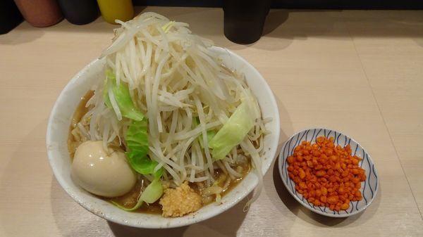 「味玉ラーメン(850円)野菜マシニンニク辛揚げ」@鷹の目 蒲田店の写真
