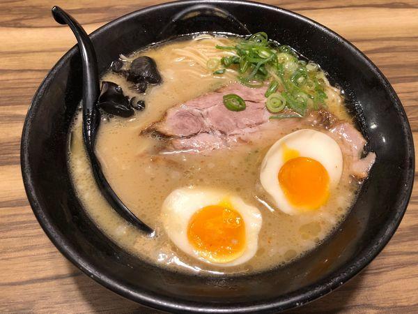 「味玉入り + 自家製餃子」@琉球島豚 麺屋なりよしの写真