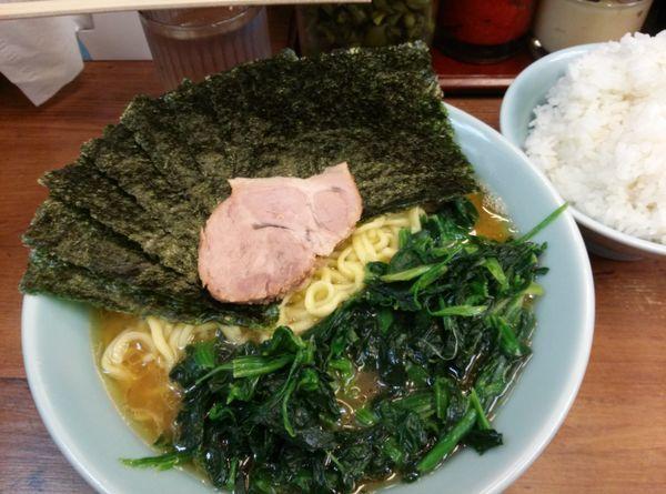「ラーメン中盛り 海苔増し ほうれん草増し」@横浜ラーメン 武蔵家 国領店の写真