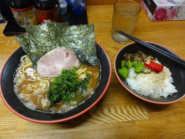 「ラーメン700円 麺硬め 普通盛ライス2杯」@麺家 紫極の写真