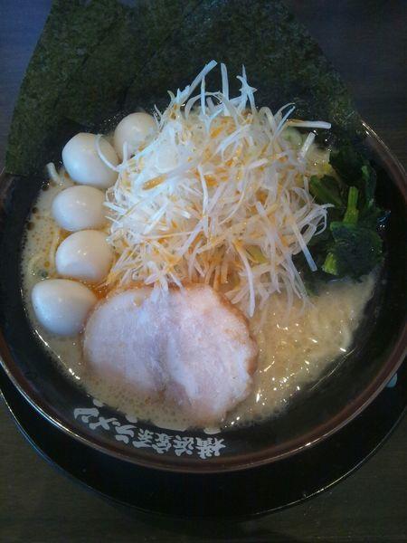 「ネギラーメン(うずら付き)」@横浜家系ラーメン 丸岡商店 犬山店の写真