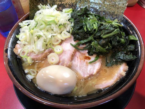 「中盛チャーシュー麺固めたまごほうれん草薬味ネギ」@家系ラーメン とらきち家の写真