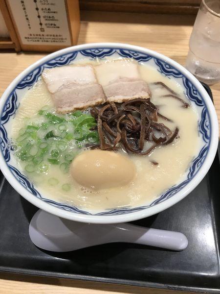 「博多ラーメン+味玉」@由○ 品川港南店の写真