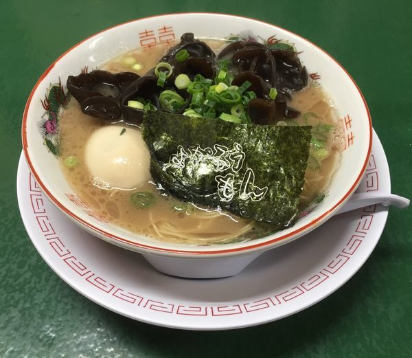 「キクラゲラーメン(バリカタ)+煮玉子+替え玉(やわらか)」@よかろうもんの写真